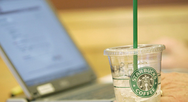 Người Mỹ hết được xem phim sex trong quán Starbucks - Ảnh 1.