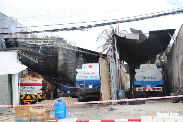 Điều tra cơ sở tập kết xe bồn, chứa xăng dầu trong khu dân cư sau vụ cháy - Ảnh 2.