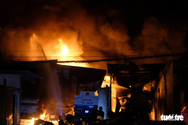 Điều tra cơ sở tập kết xe bồn, chứa xăng dầu trong khu dân cư sau vụ cháy - Ảnh 1.