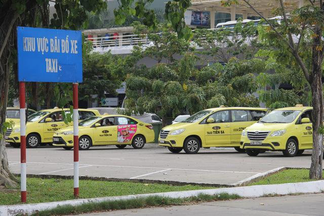 Taxi tại sân bay Đà Nẵng bỏ chuyến để phản đối Grab - Ảnh 2.