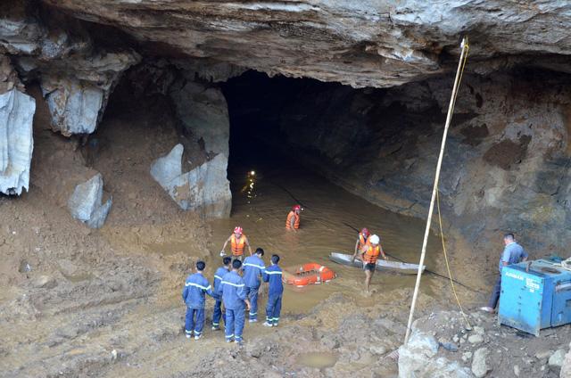 Nỗ lực cứu 2 người đào vàng bị nước cuốn vào hang - Ảnh 1.
