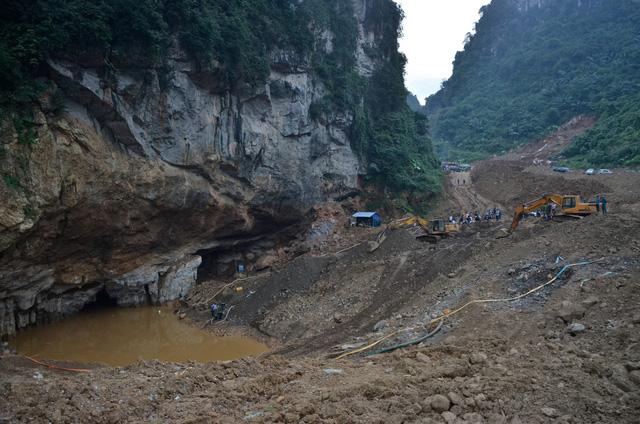 Nỗ lực cứu 2 người đào vàng bị nước cuốn vào hang - Ảnh 3.