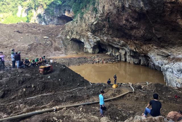Nỗ lực cứu 2 người đào vàng bị nước cuốn vào hang - Ảnh 4.