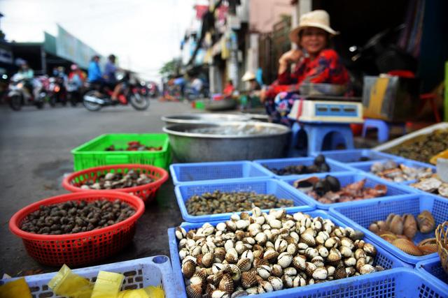 Thiếu hụt sò huyết, giá ở Singapore vẫn rẻ hơn Việt Nam - Ảnh 3.