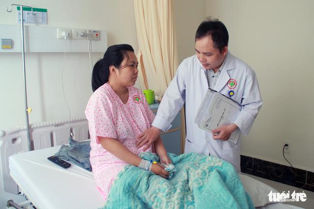 Mổ bắt con, cắt khối u nang khủng cho một sản phụ - Ảnh 1.