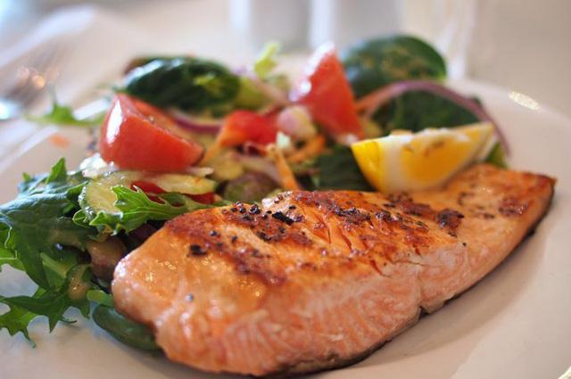Trẻ em ăn cá hồi sẽ ít bị hen suyễn - Ảnh 1.