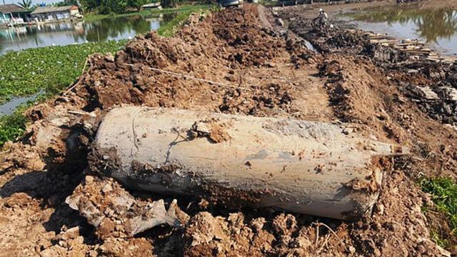 Phát hiện vật nổ 'khủng' nặng cả tấn khi đào ao cá - Ảnh 1.