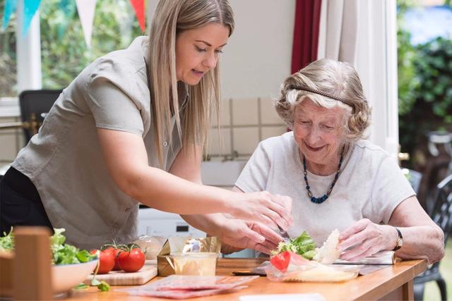 Dinh dưỡng để người cao tuổi luôn khỏe mạnh - Ảnh 1.