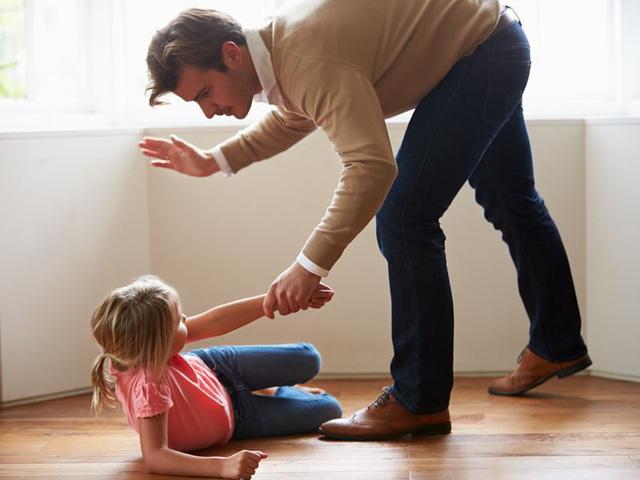 Cảnh báo trẻ tổn thương não, muốn tự tử vì cha mẹ đánh mắng - Ảnh 1.