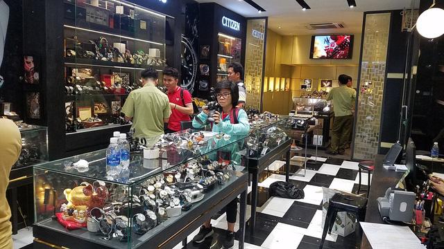Đồng hồ hàng hiệu Rolex, Dior... bán chỉ từ 400.000 đồng - Ảnh 1.
