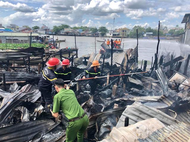 Cháy cạnh chợ nổi Cái Răng, 4 căn nhà bị thiêu rụi - Ảnh 1.