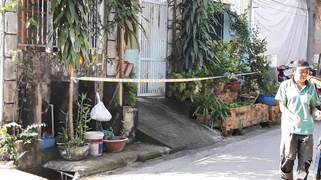 Một người đàn ông chết cháy trước cửa nhà - Ảnh 1.