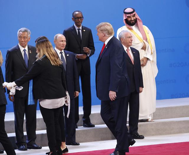 Ông Trump và Putin nhìn nhau bằng Ánh mắt của năm - Ảnh 1.