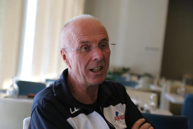 HLV Eriksson liên tục dời buổi phỏng vấn vì bận... đi bộ giữ sức khỏe - Ảnh 1.