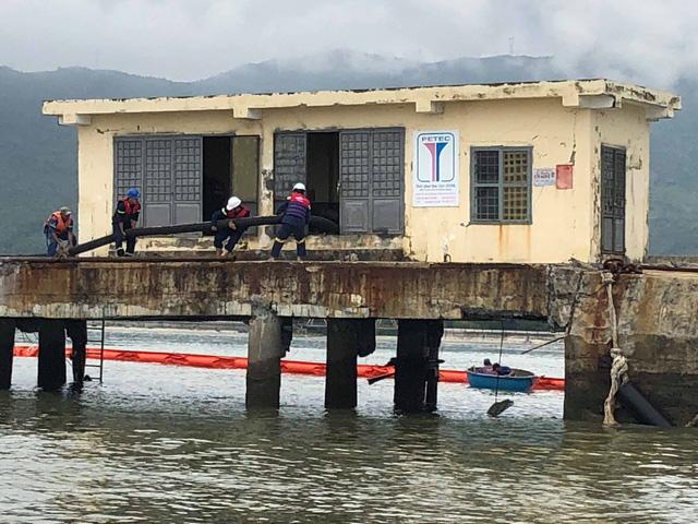 Tàu tiếp dầu húc toác cầu cảng ở Đà Nẵng - Ảnh 3.