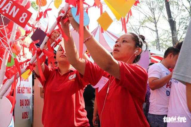 Mỗi năm có khoảng 3.500 người Việt chết vì HIV/AIDS - Ảnh 2.