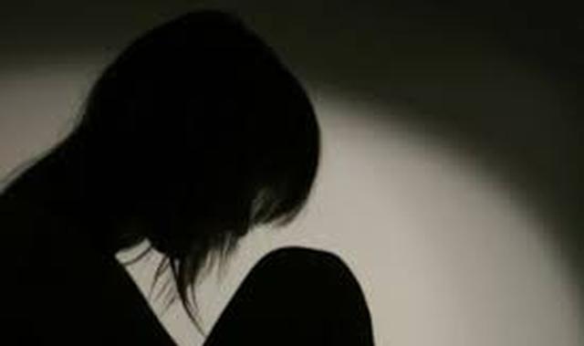 Cha dượng cho con gái 11 tuổi xem phim người lớn để hiếp dâm - Ảnh 1.