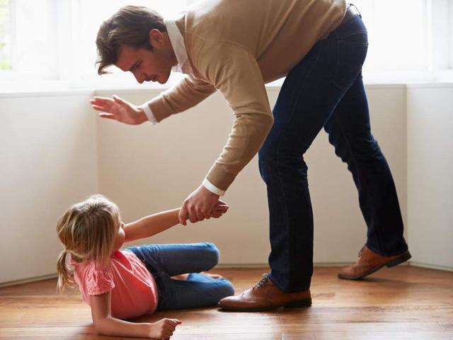 Pháp thông qua luật cấm cha mẹ dạy con bằng 'đét đít' - Ảnh 1.