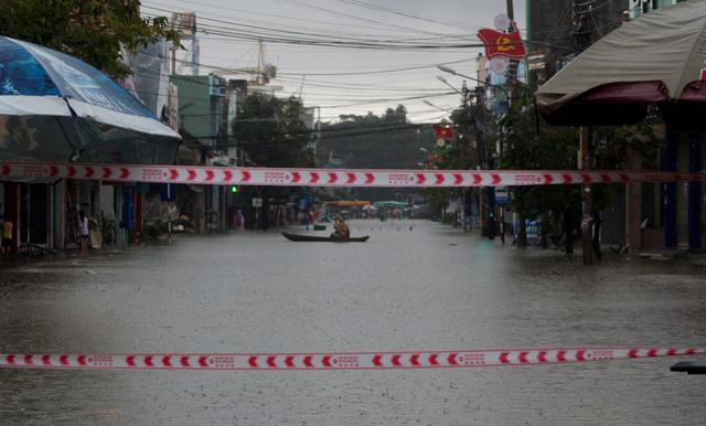 Lũ lớn, nhiều xã ở Bình Định đã bị chia cắt - Ảnh 4.