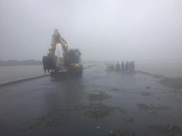 Quốc lộ 1 qua Quảng Nam tê liệt, Quân khu 5 huy động lực lượng cứu dân - Ảnh 1.