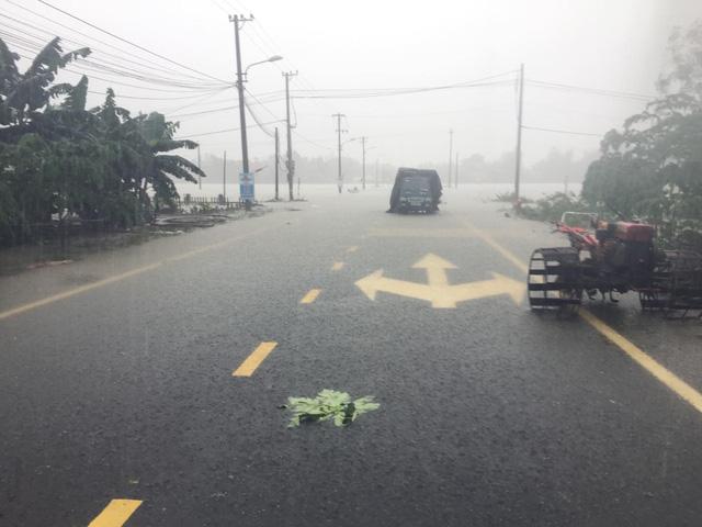Quốc lộ 1 qua Quảng Nam tê liệt, Quân khu 5 huy động lực lượng cứu dân - Ảnh 2.