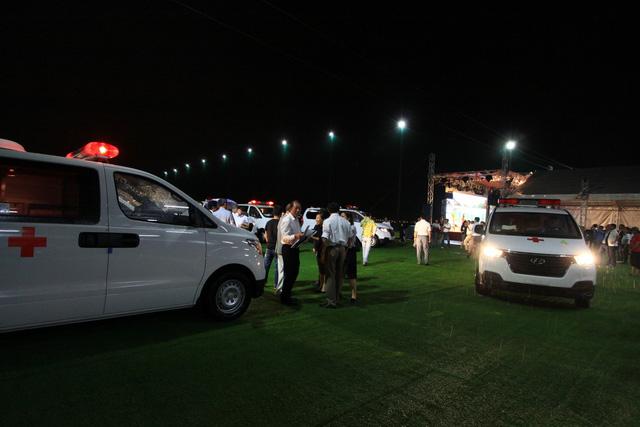 Trao tặng 14 xe cứu thương cho các bệnh viện khắp cả nước - Ảnh 1.