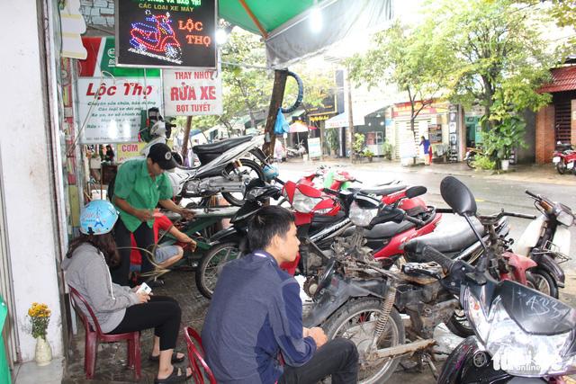 Ấm lòng chuyện sửa xe ngập nước miễn phí ở Đà Nẵng - Ảnh 2.