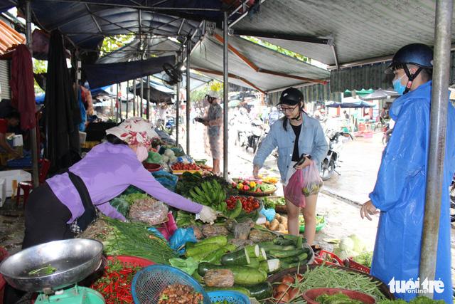 Sau mưa lũ, rau xanh Đà Nẵng tăng giá chóng mặt - Ảnh 1.