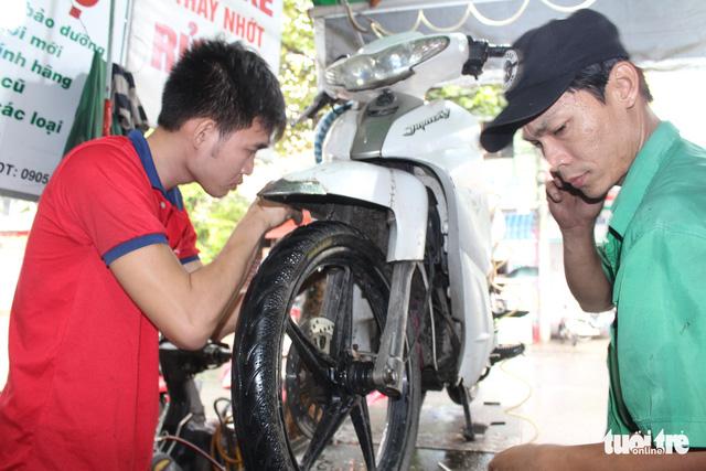 Ấm lòng chuyện sửa xe ngập nước miễn phí ở Đà Nẵng - Ảnh 3.