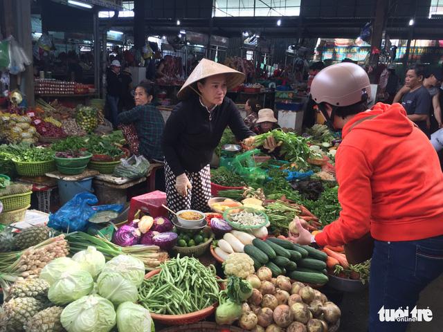 Sau mưa lũ, rau xanh Đà Nẵng tăng giá chóng mặt - Ảnh 2.