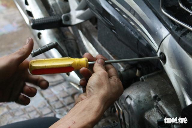 Ấm lòng chuyện sửa xe ngập nước miễn phí ở Đà Nẵng - Ảnh 4.