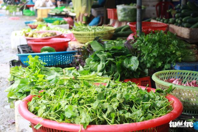 Sau mưa lũ, rau xanh Đà Nẵng tăng giá chóng mặt - Ảnh 3.