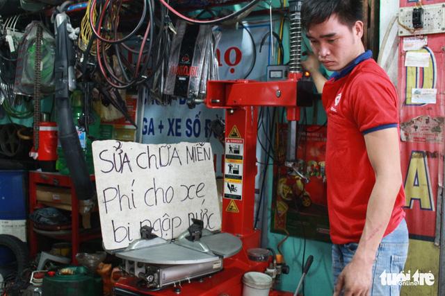 Ấm lòng chuyện sửa xe ngập nước miễn phí ở Đà Nẵng - Ảnh 5.
