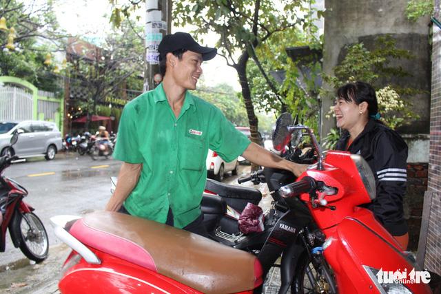 Ấm lòng chuyện sửa xe ngập nước miễn phí ở Đà Nẵng - Ảnh 6.