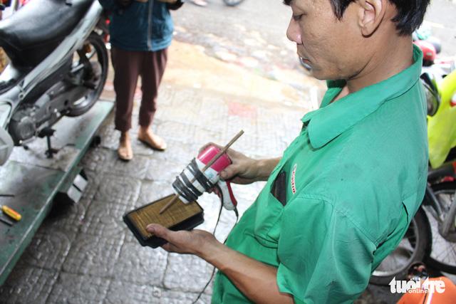Ấm lòng chuyện sửa xe ngập nước miễn phí ở Đà Nẵng - Ảnh 7.