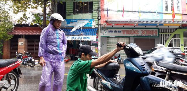 Ấm lòng chuyện sửa xe ngập nước miễn phí ở Đà Nẵng - Ảnh 8.