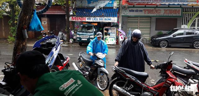 Ấm lòng chuyện sửa xe ngập nước miễn phí ở Đà Nẵng - Ảnh 9.