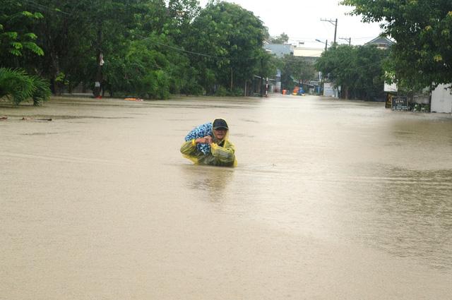 Quảng Nam sơ tán 1.800 hộ dân trong lũ, 2 người bị cuốn trôi - Ảnh 2.