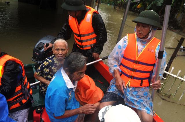 Quảng Nam sơ tán 1.800 hộ dân trong lũ, 2 người bị cuốn trôi - Ảnh 1.