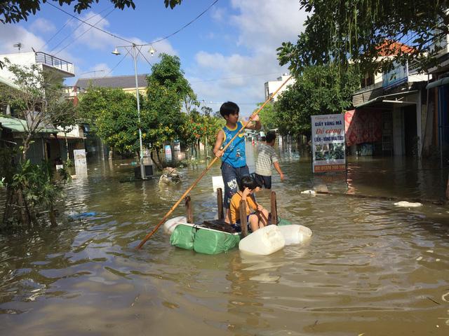 Quảng Nam: Dứt mưa nhưng quốc lộ 1 vẫn ngập sâu - Ảnh 8.