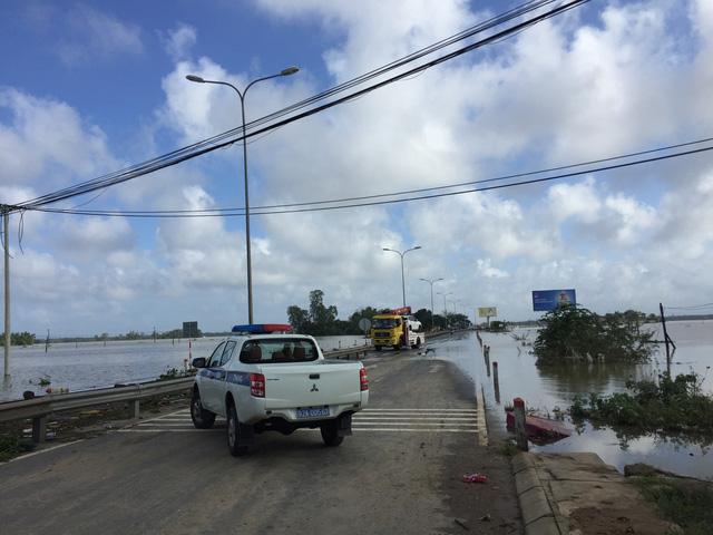 Quảng Nam: Dứt mưa nhưng quốc lộ 1 vẫn ngập sâu - Ảnh 9.