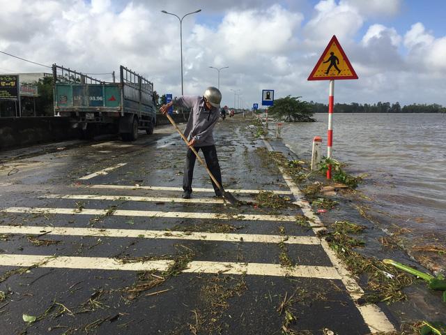 Quảng Nam: Dứt mưa nhưng quốc lộ 1 vẫn ngập sâu - Ảnh 10.