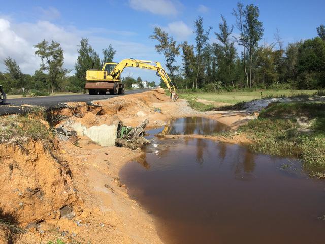 Quảng Nam: Dứt mưa nhưng quốc lộ 1 vẫn ngập sâu - Ảnh 2.