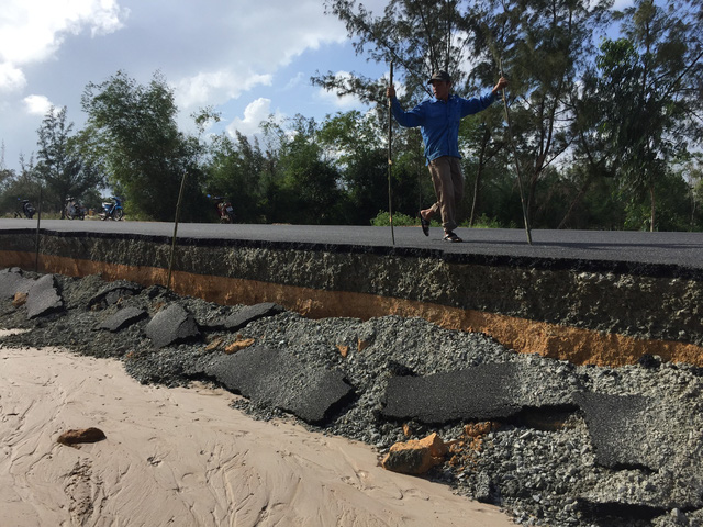 Quảng Nam: Dứt mưa nhưng quốc lộ 1 vẫn ngập sâu - Ảnh 3.