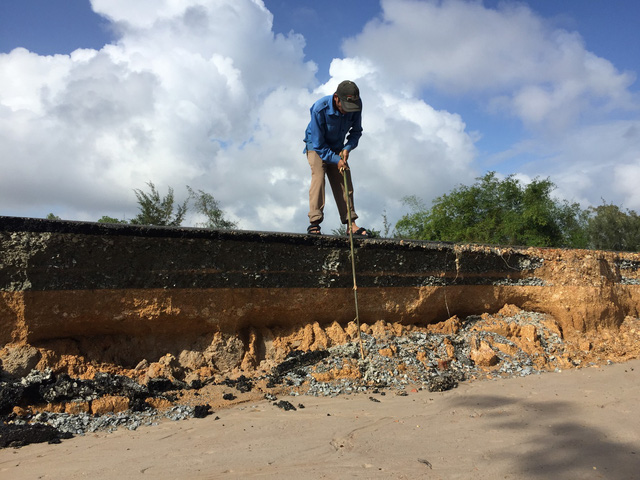 Quảng Nam: Dứt mưa nhưng quốc lộ 1 vẫn ngập sâu - Ảnh 1.