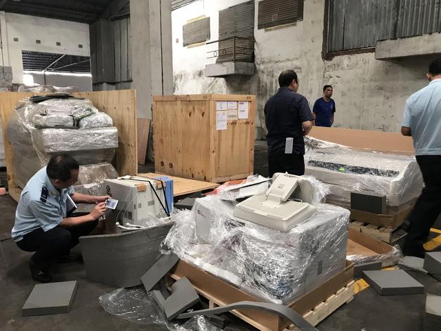 Lô thiết bị y tế nhập lậu trong các container hàng từ Mỹ - Ảnh 1.