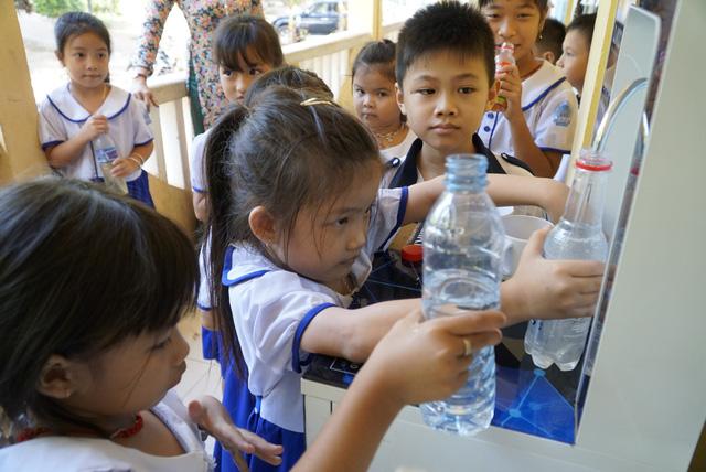 Sẻ chia sẻ nước sạch với học trò miền biên giới Đồng Tháp - Ảnh 1.