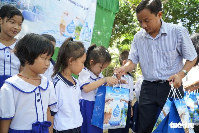Sẻ chia sẻ nước sạch với học trò miền biên giới Đồng Tháp - Ảnh 4.