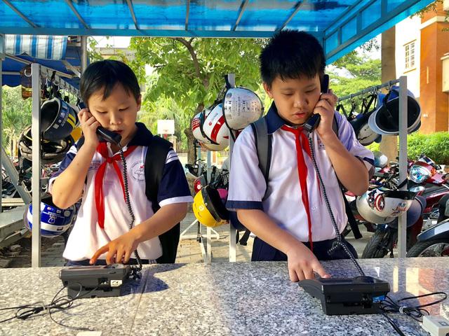Trường lắp điện thoại bàn để học trò ít dùng di động - Ảnh 1.