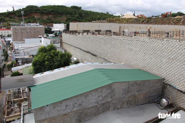 Di tản dân để tháo dỡ tường chắn cao 12m có nguy cơ sạt lở - Ảnh 2.